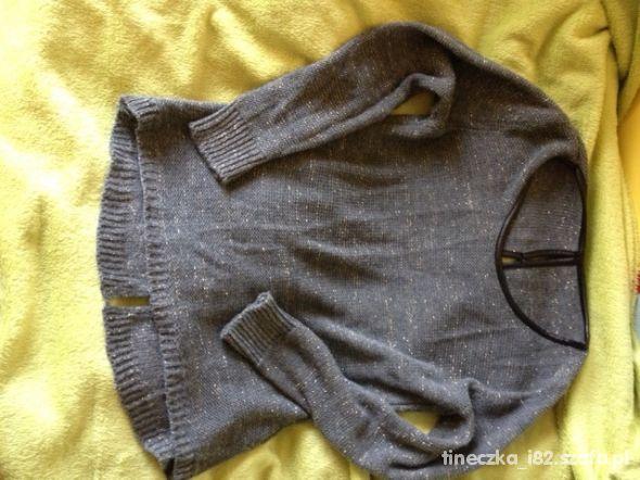 szary sweter ze złotą nitką