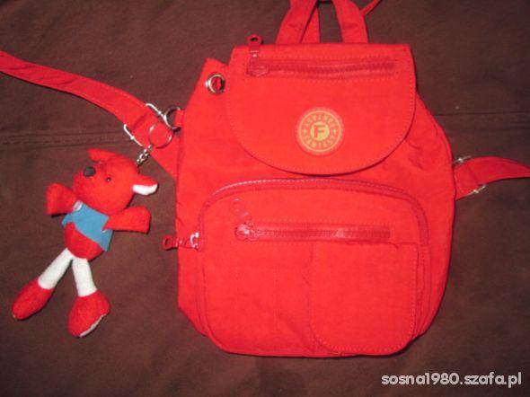 Uroczy plecaczek ma 6 kieszonek i 3 przegródki