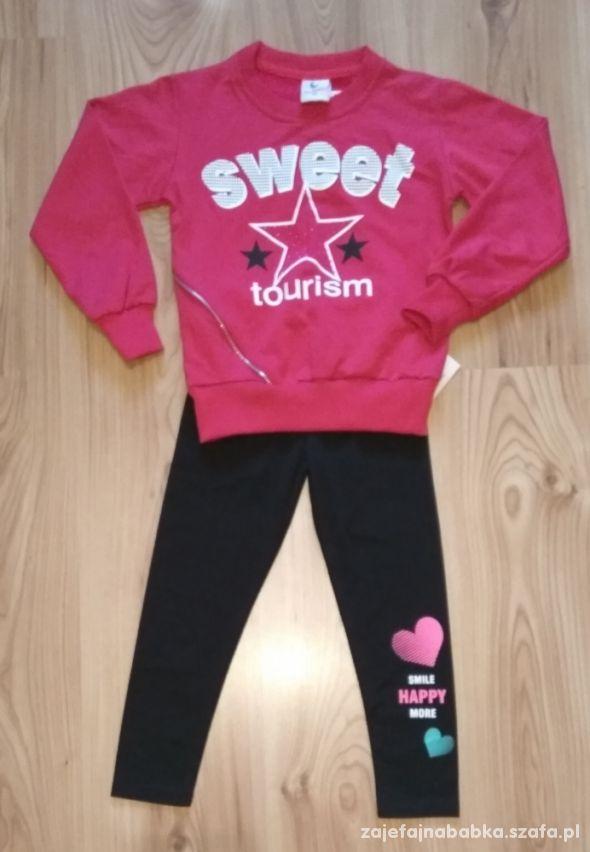 Różowa bluza dziewczęca i czarne getry z serduszki