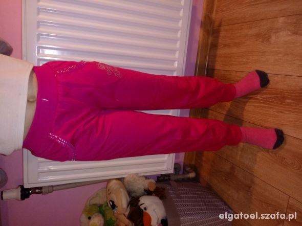 różowe dresowe spodnie