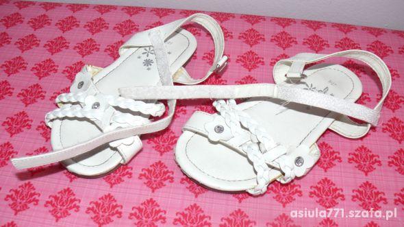 białe sandałki 27