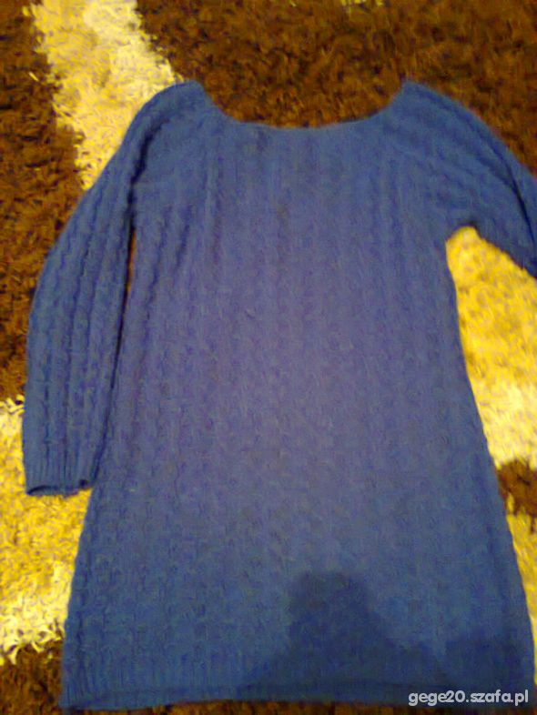 dłuższy chabrowy sweter w ciekawy splot