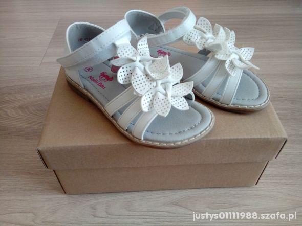 Białe sandałki Nelli Blu w rozmiarze 26